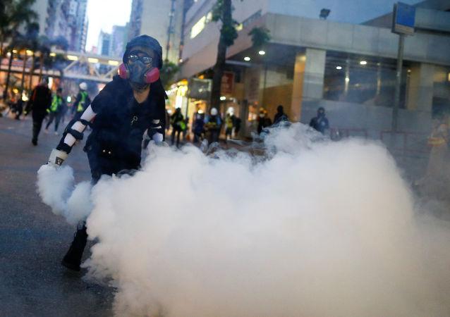 香港警方使用催泪弹驱赶建造街垒的示威者