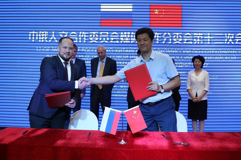 俄罗斯卫星通讯社中国网站负责人安德烈·卡斯巴申与东北网总编辑陈宝林