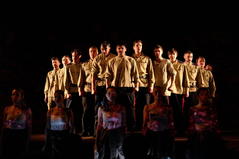 该剧4月28日成功在哈尔滨进行了中国首演。七月,剧院曾在哈尔滨上演《图尔宾一家的日子》,现在来到北京,接下来还将到上海演出。