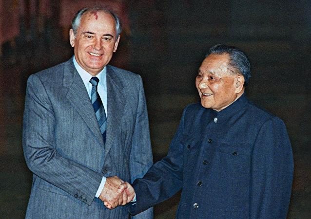 1989年5月,鄧小平和戈爾巴喬夫舉行歷史性會晤,標誌兩國關係正常化。