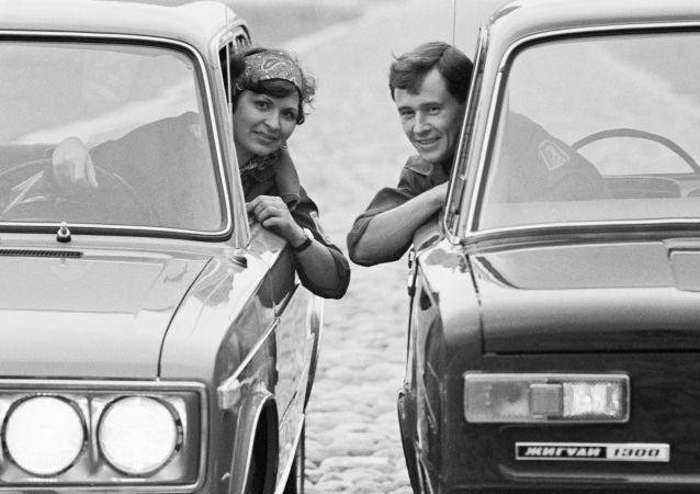 開日古利車的男女司機。1971年。