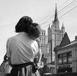 莫斯科街上被媽媽抱著的小男孩。1963年。