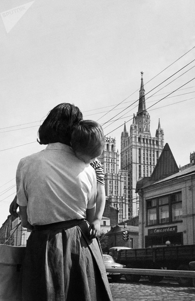 莫斯科街上被妈妈抱着的小男孩。1963年。