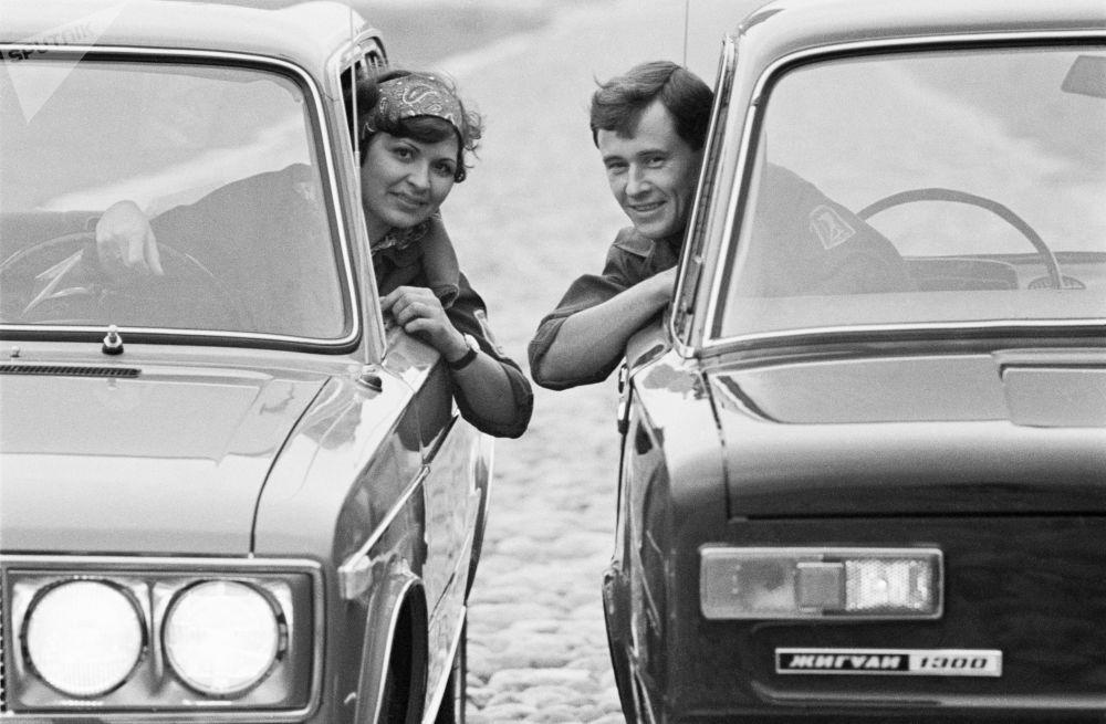 开日古利车的男女司机。1971年。