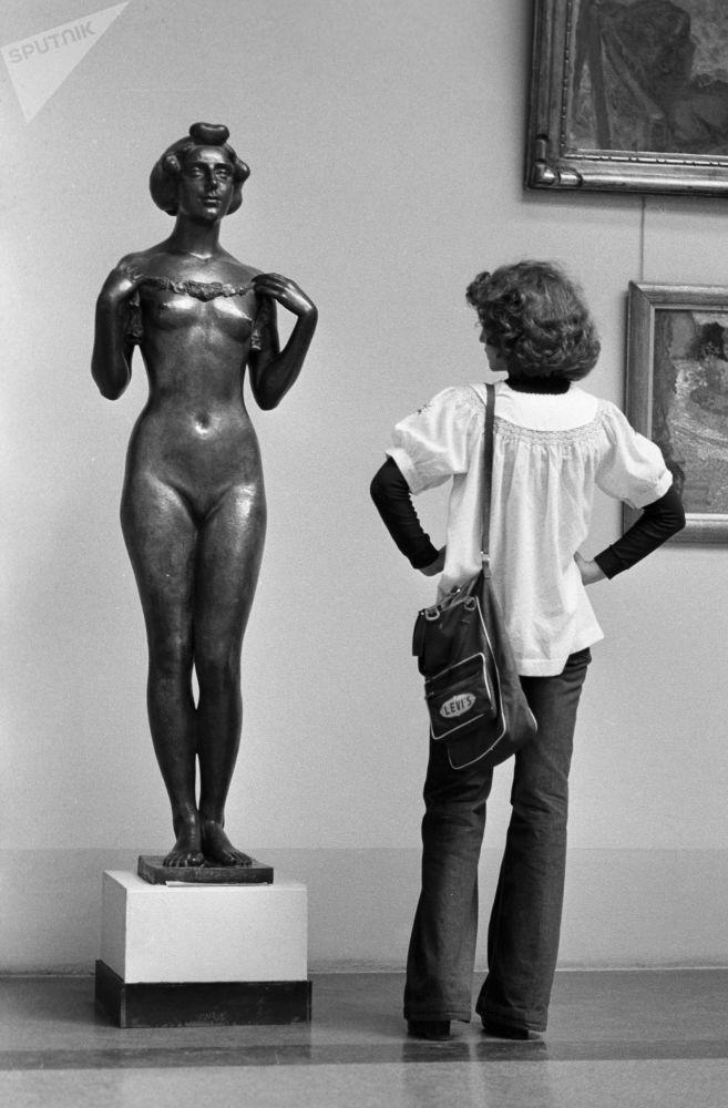 法国雕塑家阿里斯蒂德∙马约尔在国立普希金造型艺术博物馆中的青铜女子雕像。1979年。
