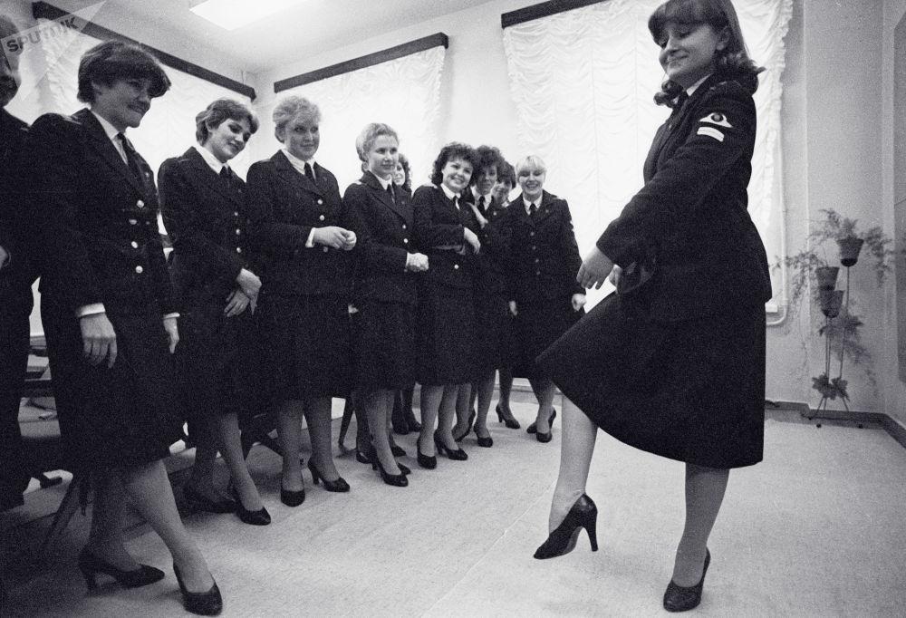列宁格勒民航技术学校舞蹈课上的空姐。1984年。