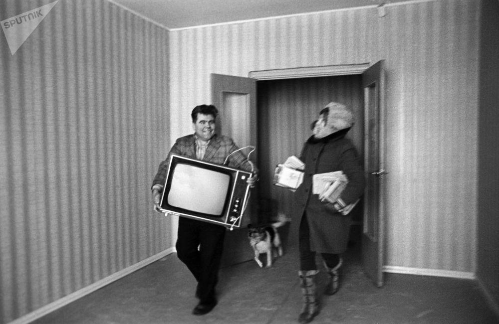 乔迁新居。莫斯科,1976年。