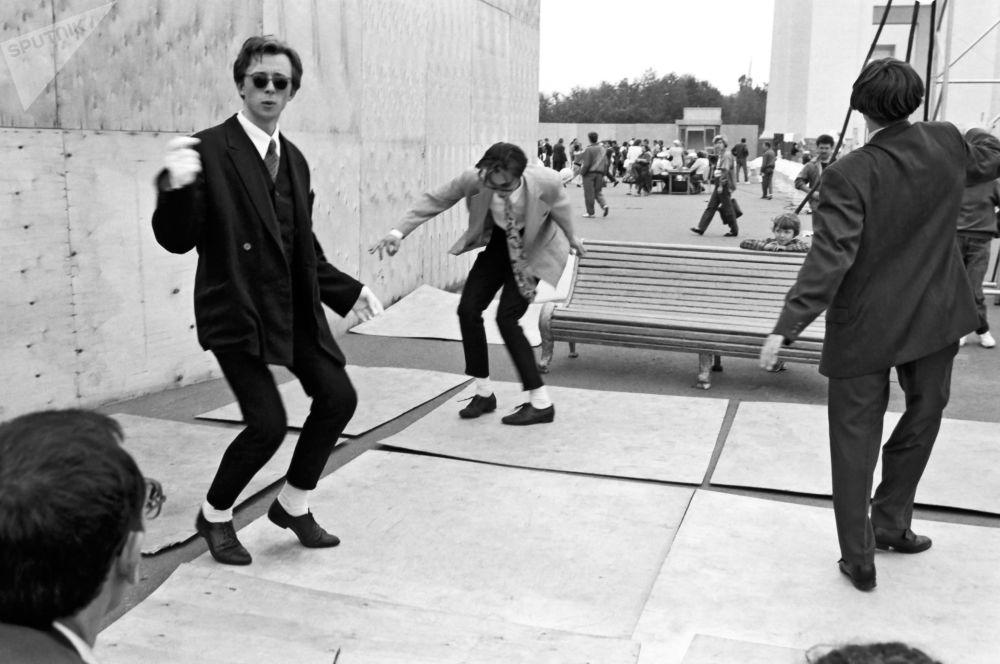 莫斯科的摩登青年在跳摇摆舞。1980年。