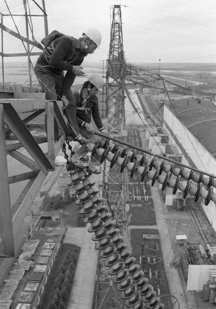 电工在做电网预检。1984年。