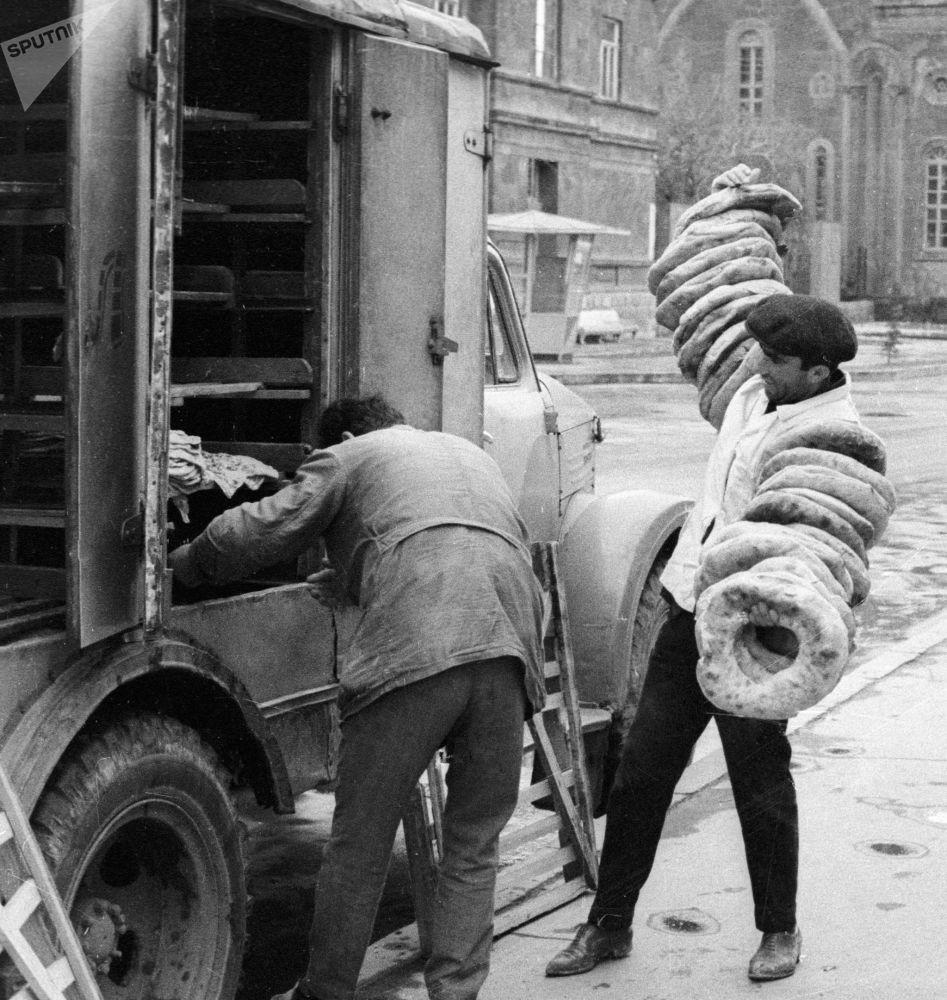 列宁纳坎面包店的工人从面包车上卸下新鲜的大饼。1968年。