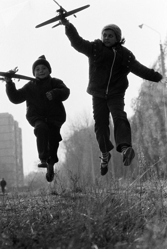 孩子们在玩飞机模型。1988年。