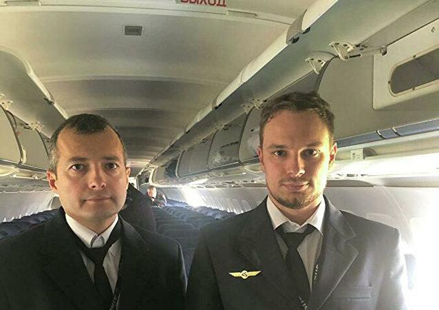 烏拉爾航空公司A321客機機長達米爾·尤蘇波夫(左)和副駕駛格奧爾基∙穆爾濟(右)