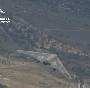 """俄最新式""""猎人""""无人机首次与战斗机一起完成飞行"""