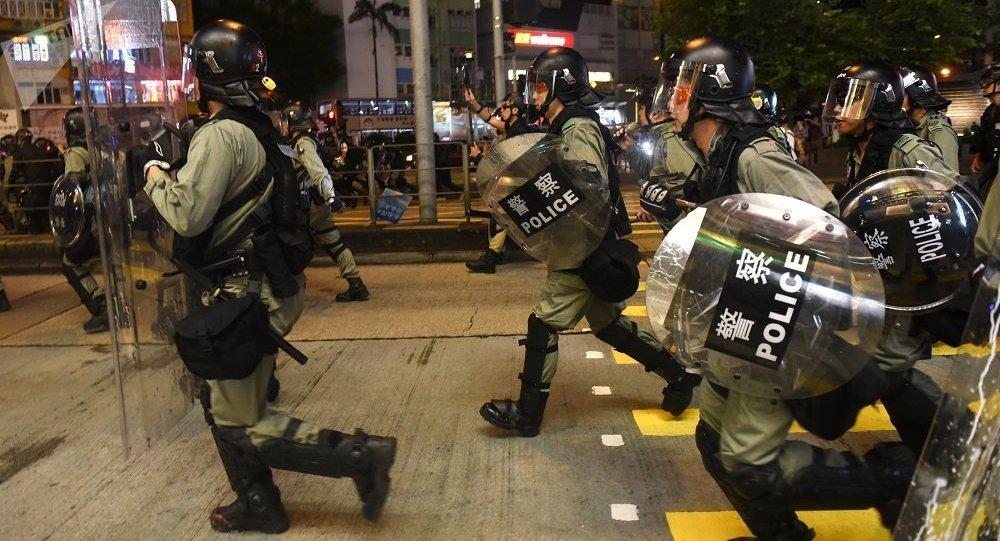 香港反政府示威者挑衅立法会大楼旁的警察