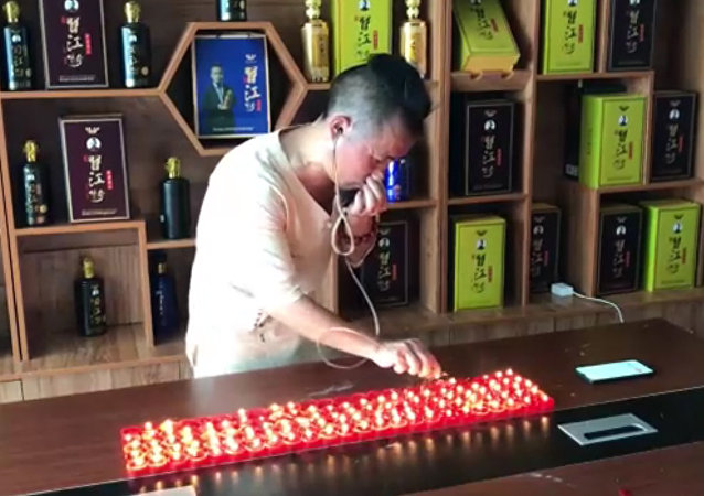 中國功夫大師用耳朵吹滅120支蠟燭