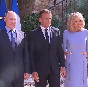 普京向受傷的法國第一夫人獻花