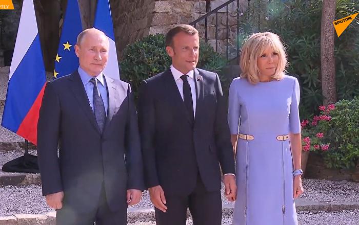 普京向受伤的法国第一夫人献花