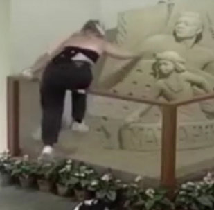 鏡頭記錄下沙雕被毀瞬間