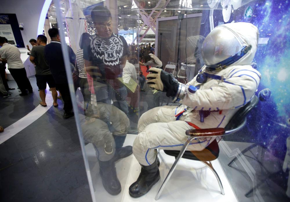 2019世界机器人大会上的航天服。