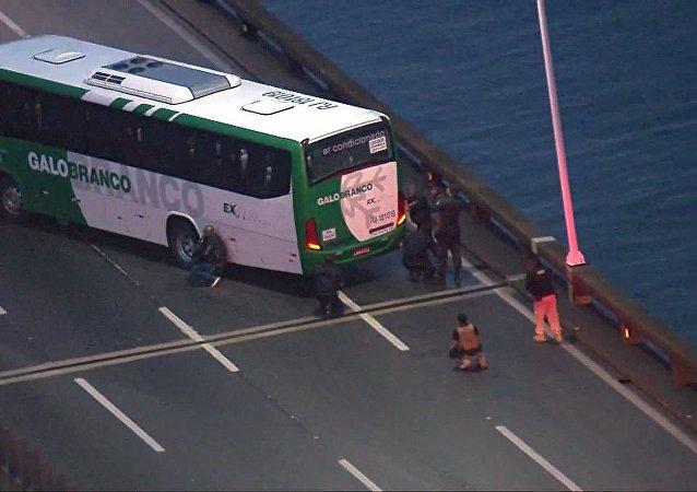 不明男子在巴西里约热内卢桥上劫持大巴