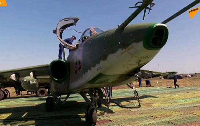 """苏-25攻击机在野战机场""""顿河""""公路旁实施着陆"""