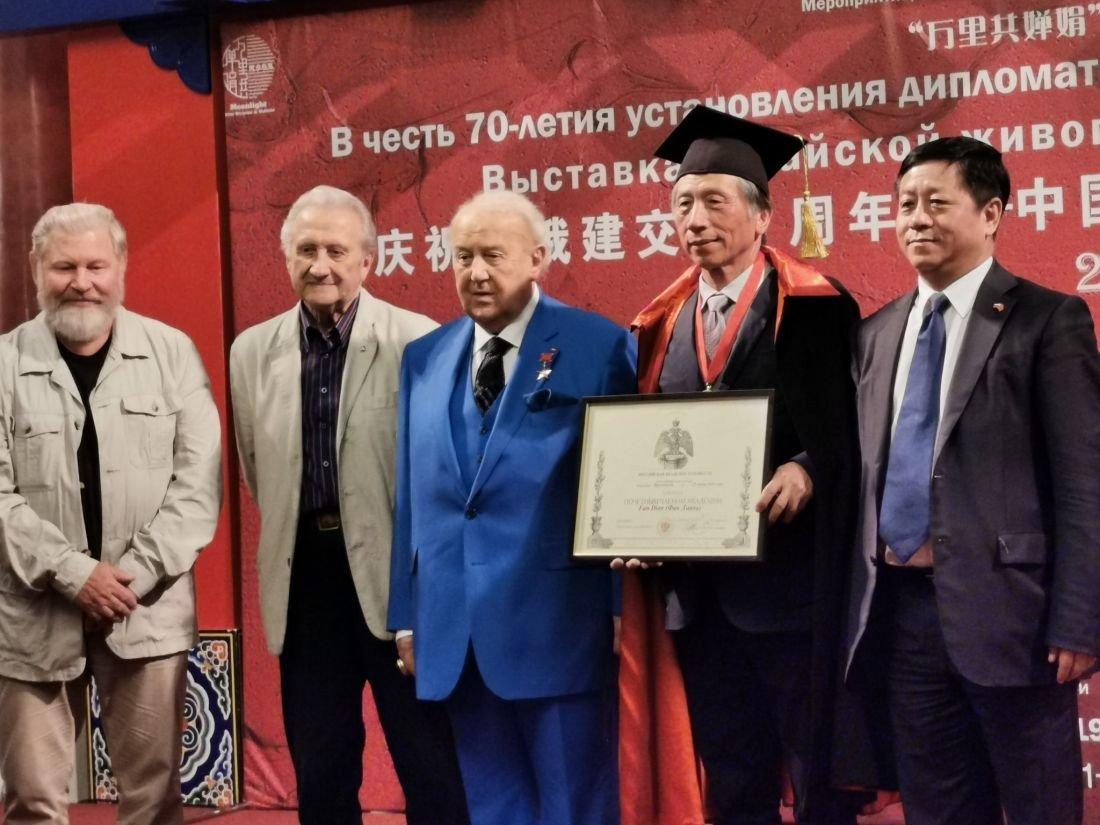 中國寫意油畫學派俄羅斯寫生交流展在莫斯科文化中心開幕式上宣佈授予中國美術家協會主席,中央美術學院院長範迪安俄羅斯美術學院榮譽院士的稱號,此外還授予他俄羅斯藝術家聯盟的金牌