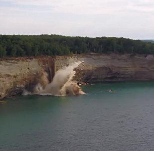 皮划艇运动员遇悬崖塌落 奇迹幸免于难