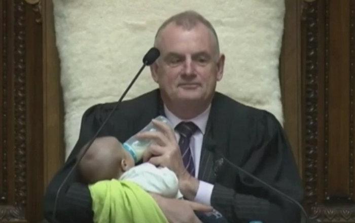这可不是儿童会议!新西兰国会议长边主持会议边喂小孩