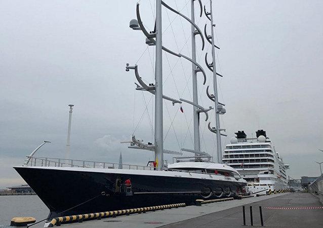巨型帆船游艇黑珍珠抵达圣彼得堡