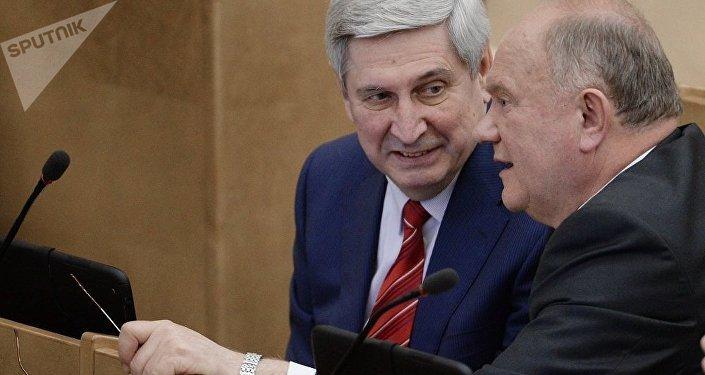 伊萬·梅利尼科夫與俄聯邦國家杜馬議員兼俄聯邦共產黨領導人根納季·久加諾夫在俄聯邦國家杜馬全會上
