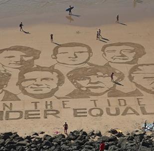 法国抗议者装扮成 G7领导人海滩示威