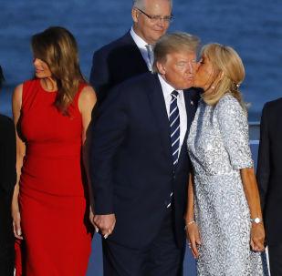 法国总统夫人布丽吉特在合影时亲吻美国总统特朗普