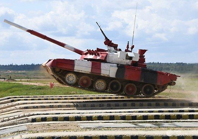 美國軍人開T-80坦克飛馳