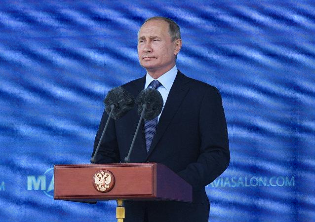 普京抵达莫斯科国际航展会场
