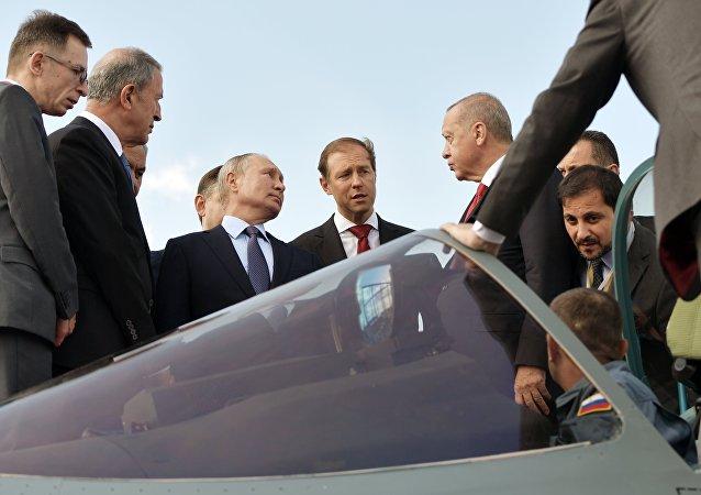 普京与埃尔多安在莫斯科航展上参观俄最新型苏-57战斗机