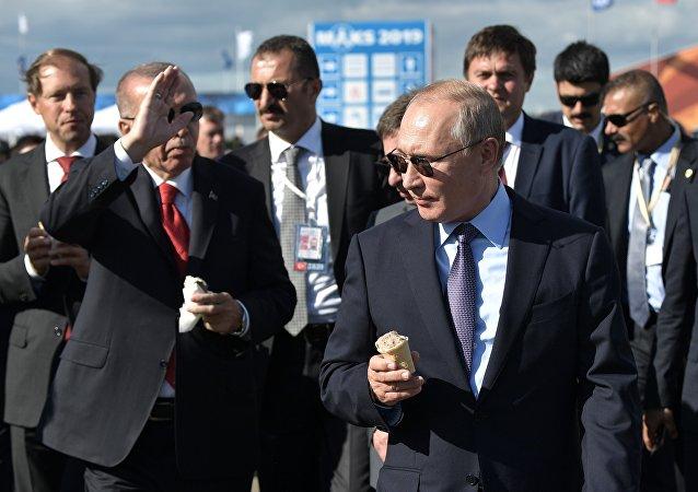 普京在莫斯科航展上请埃尔多安品尝俄罗斯冰淇淋