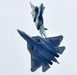 """必威体育第五代多功能战斗机苏-57在莫斯科郊外的茹科夫斯基举行的国际航展""""MAKS-2019""""上进行示范飞行。"""
