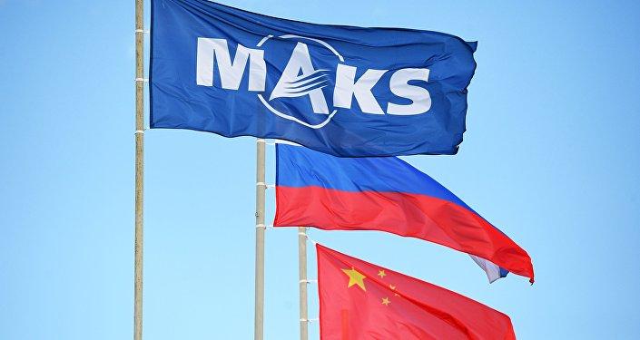 Государственные флаги России и Китая и флаг Международного авиационно-космического салона МАКС-2019 в подмосковном Жуковском.