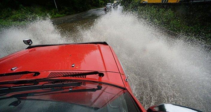 俄符拉迪沃斯托克数十条路段和机场被暴雨积水淹没