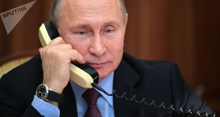 Президент РФ Владимир Путин во время разговора по телефону