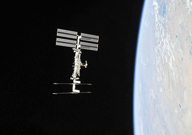 国际空间站上正在进行自动对接系统维修工作