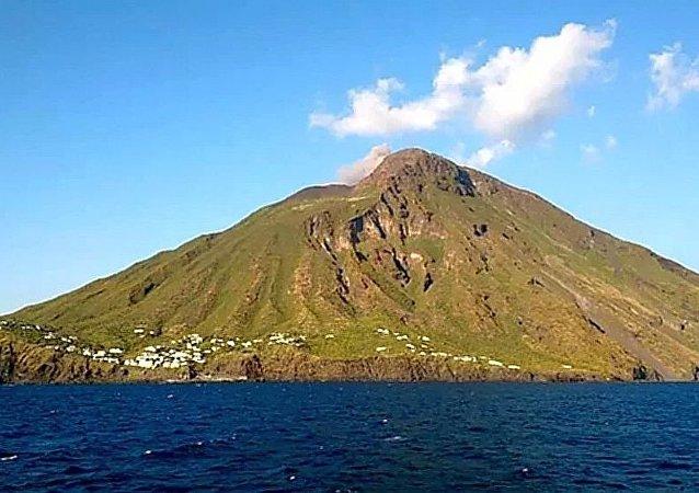 蒂勒尼安海斯特龍博利島上同名火山