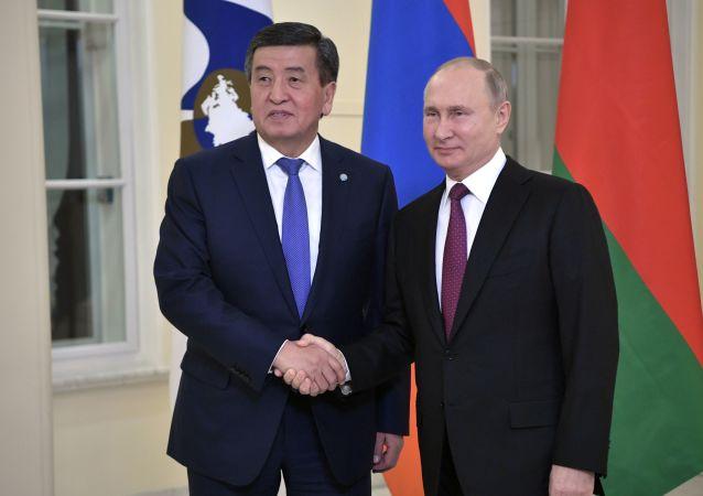 俄羅斯總統普京(右)和吉爾吉斯斯坦總統熱恩別科夫