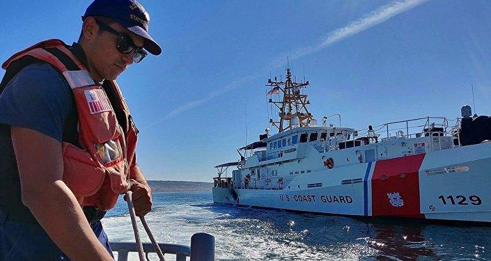 美国海岸警卫队对失事货轮4名失踪船员展开搜救