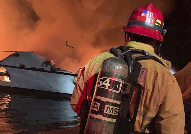 美国加州海岸附近一艘轮船失火造成30多人死亡