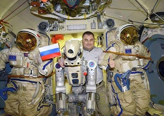 俄羅斯宇航員奧夫齊寧和「費奧多爾」機器人(國際空間站)