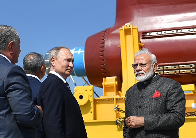 俄总统普京与印总理莫迪到访俄远东地区最大造船厂