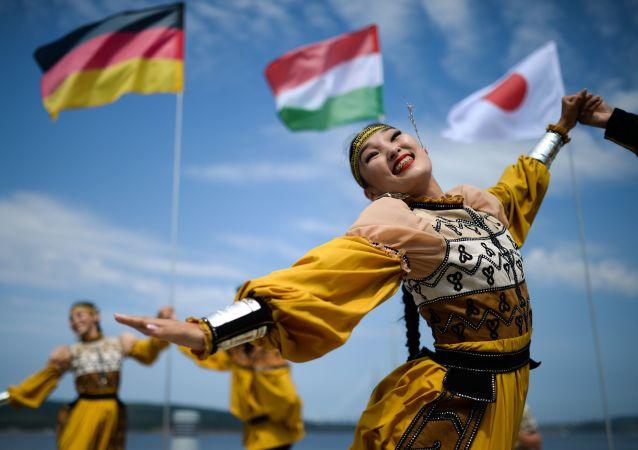 身穿民族服飾的演員在阿亞克斯海灣旁舉行的第五屆東方經濟論壇遠東街頭展覽上表演。