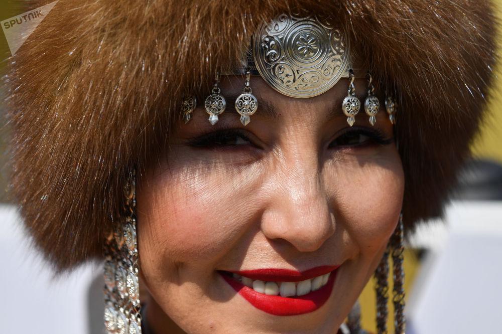 第五届东方经济论坛远东街头展览上身穿民族服饰的女孩。