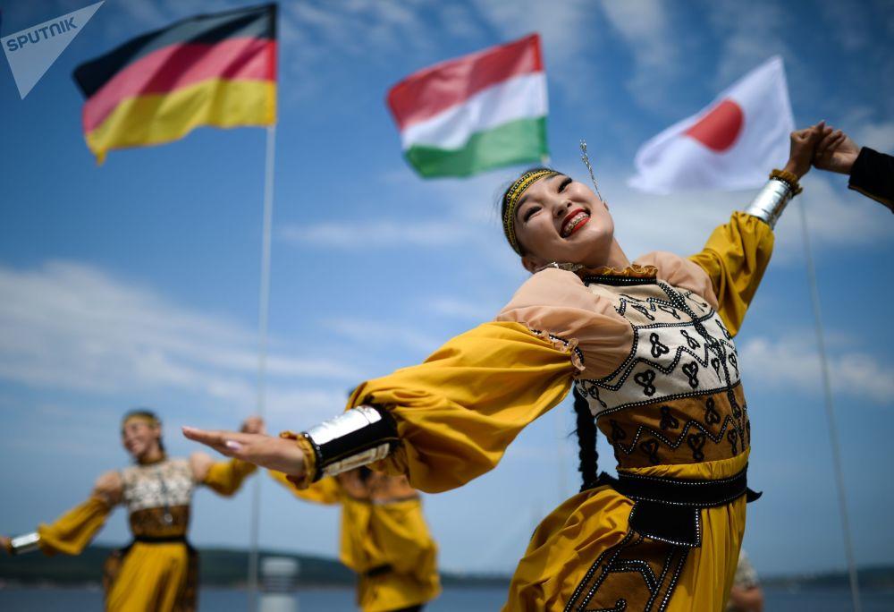 身穿民族服饰的演员在阿亚克斯海湾旁举行的第五届东方经济论坛远东街头展览上表演。